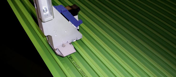 Plastic marking of extruded profile boards - single print head - REA JET HR